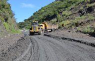 Alcaldesa de Catamayo interviene con maquinaria en limpieza de vía
