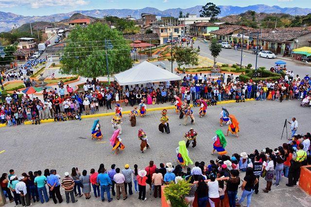 La parroquia el Tambo, celebró sus 60 años de vida parroquial con desfile cívico estudiantil y Sesión Solemne