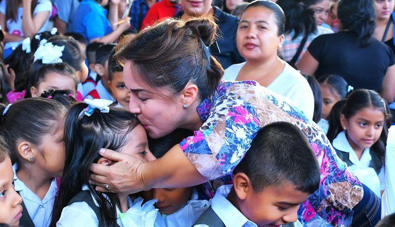 Hoy, se entregaron 1281 kits de útiles escolares en diferentes centros educativos de Catamayo