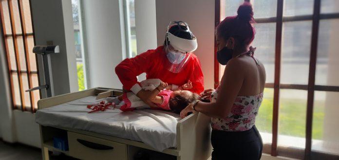 Niñas y niños de los servicios de desarrollo infantil del MIES en Catamayo reciben controles médicos por parte del personal del Ministerio de Salud Pública.